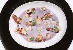 Vellutata di patate viola con chips di topinambur e carciofi